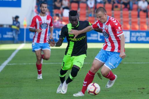 El mallorquinista Lago Junior intenta superar a un jugador del Lugo durante el partido de la primera vuelta disputado en el estadio Anxo Carro.