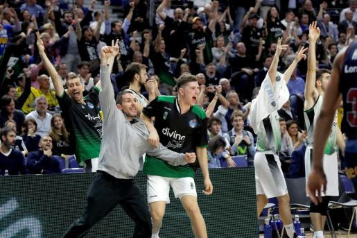 Los jugadores de banquillo del Joventut celebran una canasta ante Baskonia, durante el partido de los cuartos de final de la Copa del Rey de baloncesto.