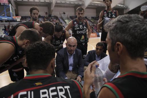 El entrenador del Iberojet Palma, Félix Alonso, da instrucciones a sus jugadores durante un partido en Son Moix.