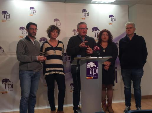 Jaume Font, en el centro, ha anunciado este sábado la decisión del PI de concurrir en solitario a las elecciones generales.