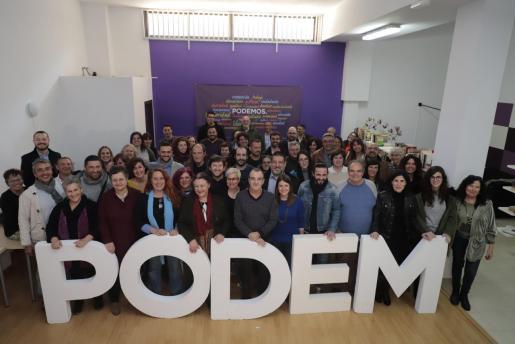 Alrededor de 50 personas de las distintas candidaturas de Podemos se fotografiaron ayer en su sede de Palma en un ambiente muy optimista. «El acto de hoy es una demostración de que la ilusión está en lo más alto», señaló Juan Pedro Yllanes, el número 1 al Govern.     FOTO: BOTA