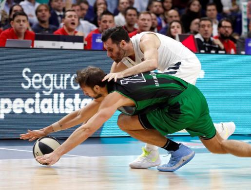El jugador del Joventut Marcos Delia (izquierda) pelea una pelota con el mallorquín Rudy Fernández, del Real Madrid, durante el partido de las semifinales de la Copa del Rey de baloncesto disputado este sábado en el Wizink Center.