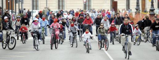 La Diada Ciclista logra congregar a miles de personas en Palma.