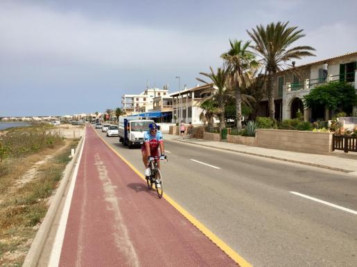 Un ciclista circula por el carril bici de sa Ràpita, únicamente delimitado con la carretera con una linea amarilla