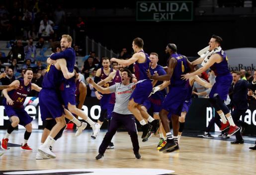 Los jugadores del Barcelona Lassa celebran la victoria ante el Real Madrid, al término de la final de la Copa del Rey de baloncesto disputada este domingo en el WiZink Center.