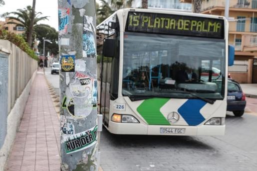 Foto de archivo de un autobús de la línea 15.