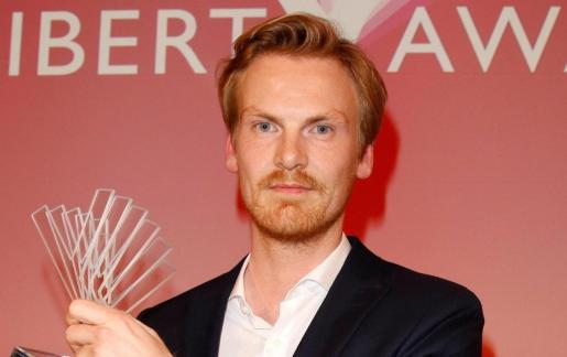 El periodista alemán posa con su premio periodístico Reemtsma Liberty durante una gala celebrada en Berlín (Alemania).