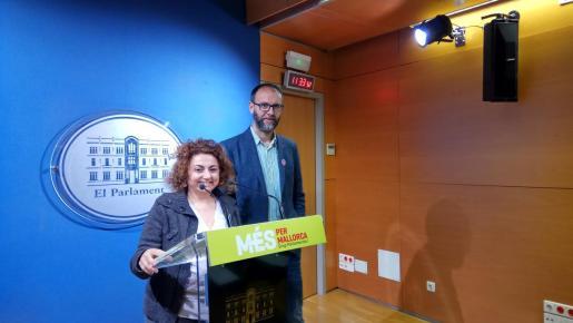 El diputado de MÉS por Mallorca, Miquel Gallardo, y la también diputada de MÉS Joana Aina Campomar.