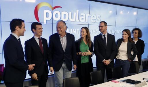 El presidente del PP, Pablo Casado, con su equipo durante la Junta Directiva Nacional del partido celebrada este lunes en la sede de la calle Génova,
