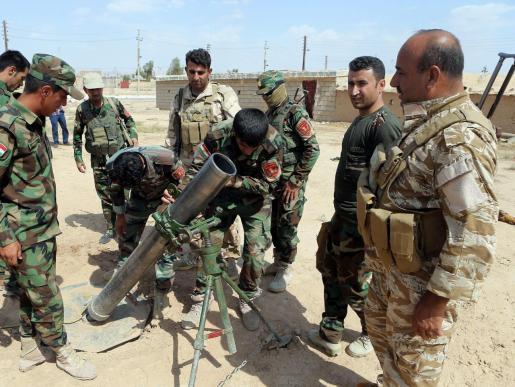 Un grupo de peshmergas, miembros de las milicias kurdas, se preparan para atacar posiciones del Estado Islámico.