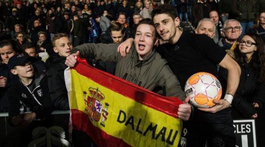 Adrià Dalmau posa con el balón junto a un aficionado del Heracles.