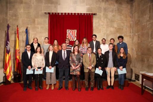 Autoridades del Govern junto a los universitarios reconocidos por su excelencia académica.