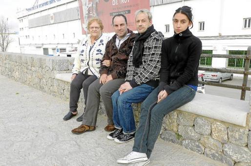 María Martínez, Sebastián Rubí, Juan Antonio García y Estefanía Montes, ayer frente al hipódromo de Palma.