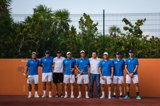Rafael Nadal y Carlos Moyà posan con los preparadores y responsables del Rafa Nadal Tennis Centre.