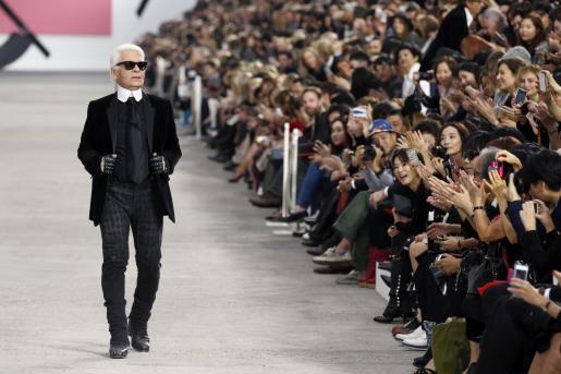 Fallece el diseñador Karl Lagerfeld.