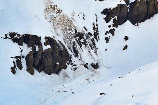 Helicópteros y equipos de rescate buscan supervivientes tras la avalancha de este martes en la estación de esquí alpina de Crans Montana.