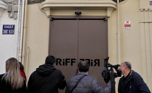 Varios cámaras de televisión y periodistas esperan a las puertas del restaurante RiFF de València.
