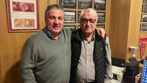 Imagen de Chichi Soler junto a Julià Mir tras el relevo en la presidencia de la asociación de veteranos del Real Mallorca.