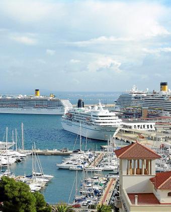 Es habitual que varios cruceros de gran eslora coincidan amarrados en el puerto de Palma en temporada alta.
