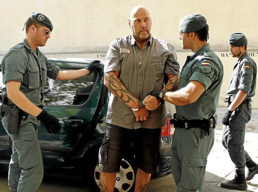 Frank Hanebuth, custodiado por tres guardias civiles, en los juzgados de Palma, en 2013 .