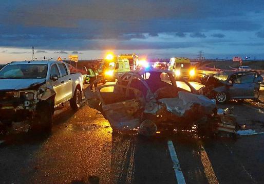 Dos de los vehículos se incendiaron tras la violenta colisión en la Nacional 322, la carretera de Requena.