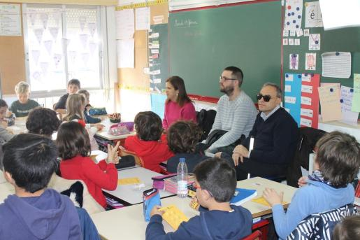Alumnos de Liceo Francés de Palma escuchando testimonios de personas de la ONCE.