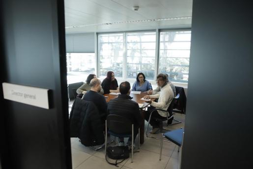 Imagen de una reunión reciente entre padres de niños de la entidad Gaspar Hauser y representantes de Educació.