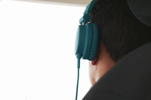 Sancionan a un vigilante por llevar auriculares en el puesto de trabajo.