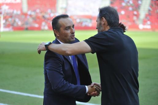 El entrenador del Tenerife, José Luis Oltra, y el ténico del Real Mallorca, Vicente Moreno, se saludan en el encuentro de la primera vuelta en Son Moix.