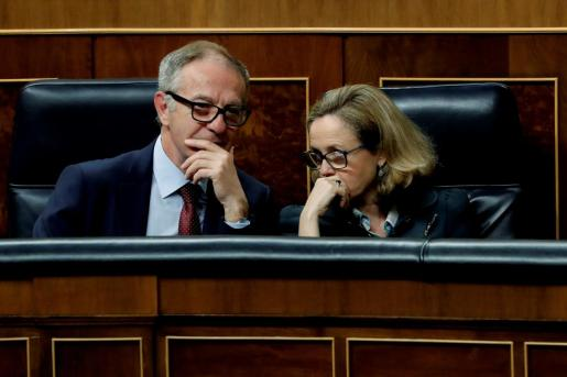 El ministro de Cultura, José Guirao, y la ministra de Economía, Nadia Calviño, durante el pleno del Congreso.