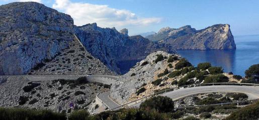 El Camí Vell del Far de Formentor, al fondo sobre la carretera del faro, entró en desuso hace 70 años y está muy deteriorado