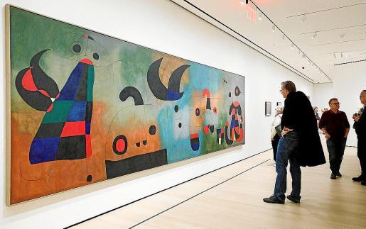 Un hombre contempla una obra del artista español Joan Miró durante la exposición 'Joan Miró: El Nacimiento del Mundo' en el Museo de Arte Moderno de Nueva York (Estados Unidos).