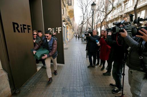 Dos inspectores de la conselleria de Sanidad valenciana abandonan el restaurante RiFF de València, que permanecerá cerrado al público hasta que se puedan esclarecer las causas de las afecciones gástricas que han sufrido varios clientes del establecimiento.