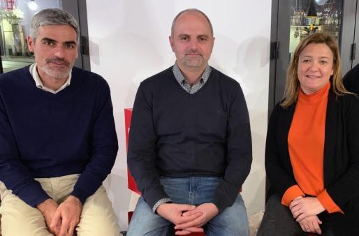 Mercedes Garrido y Pep Lluís Cortes junto al precandidato del PSOE al Ajuntament de Sóller, Jaume Mateu (en el centro de la imagen).