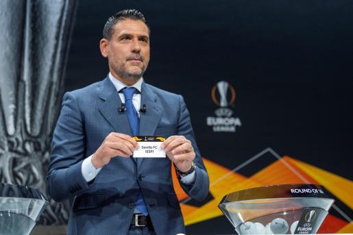 El exfutbolista y actual entrenador del Ibiza, Andrés Palop, embajador de la UEFA Liga Europa, muestra la papeleta del Sevilla, durante el sorteo de la ronda de octavos de final de la Liga Europa, en la sede de la UEFA en Nyon (Suiza).