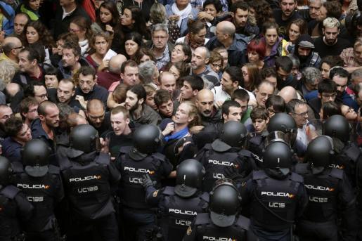 Imagen de la actuación de los agentes antidisturbios de la Policía Nacional en varios colegios electorales de Barcelona para impedir el referéndum del 1-O.