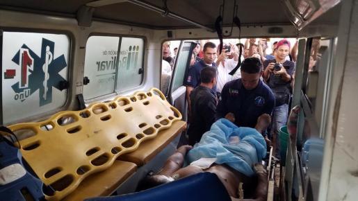 Traslado de uno de los heridos en el enfrentamiento en la frontera con Brasil.