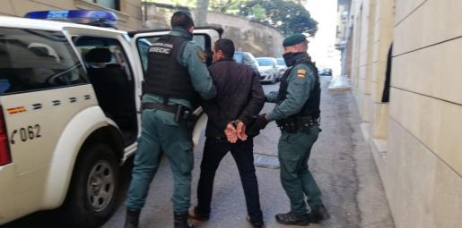 Uno de los detenidos, de espaldas, en Palma.