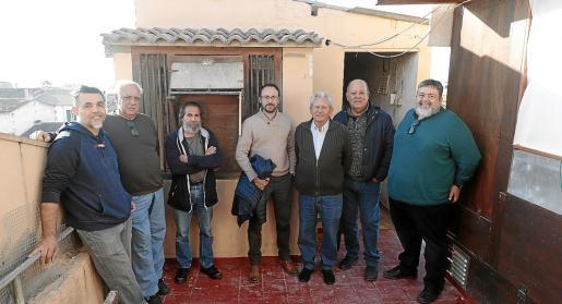 Los siete colombófilos de Palma que se oponen a la nueva normativa de Cort: por la izquierda, Torcuato Vilchez, Pep Toni Torrens, Manuel Muñoz, David Fernández, Pep Lladó, Pau Salvà y Pedro Blanco.