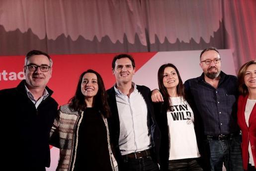 El secretario general de C's, José Manuel Villegas; la líder en Catalunya, Inés Arrimadas; el presidente del partido, Albert Rivera; la diputada Lorena Roldán y el portavoz de C's en el Congreso, Juan Carlos Girauta, juntos en un acto.