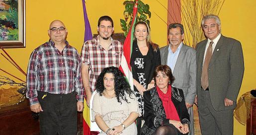 Pablo Liroz, Edgar Munila, Patricia Miranda, Juan Pérez e Iluminado Largo. Sentadas, Esperanza Perelló y Marisa Canales.