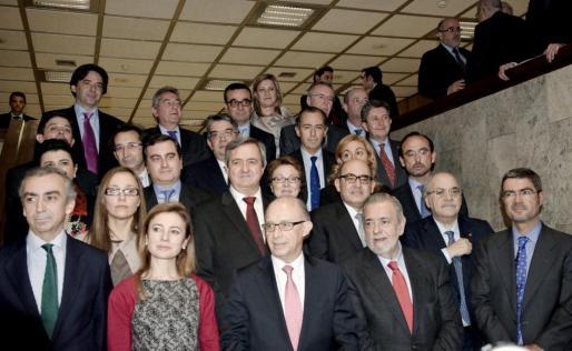 El ministro de Hacienda y Administraciones Públicas, Cristóbal Montoro (c), posa con los consejeros de hacienda de las comunidades autónomas con quienes se ha reunido en el seno del Consejo de Política Fiscal y Financiera (CPFF).