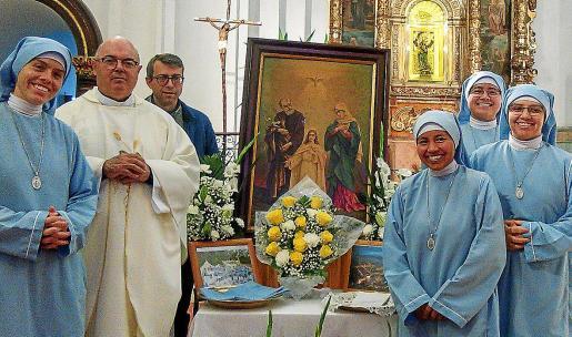 Religiosas colombianas, Hijas de la Sagrada Familia, en El Toro, con el vicario general de Menorca, Gerard Villallonga.