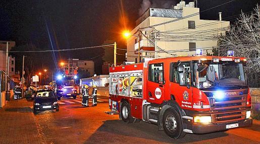 Los bomberos enviaron a varias dotaciones y controlaron la situación. La Policía Local cortó la calle para que pudieran actuar los equipos de auxilio.