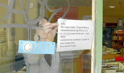 Las trabajadoras anunicaron ayer en un cartel que el espacio estaría cerrado unas horas con motivo del acto de conciliación. n FOTO: C.DOMÈNEC