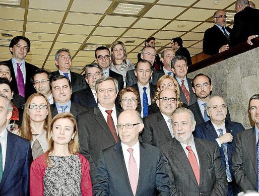 Josep Ignasi Aguiló (en la última fila) con Montoro y los consejeros.