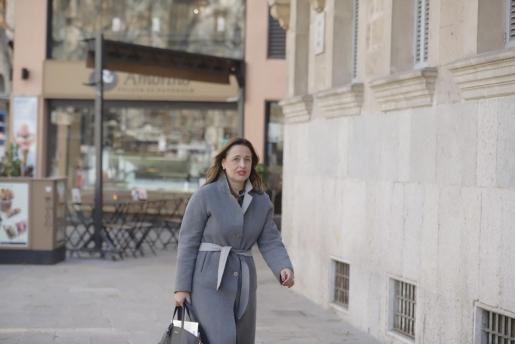 Aina Castillo dirigiéndose a los juzgados.