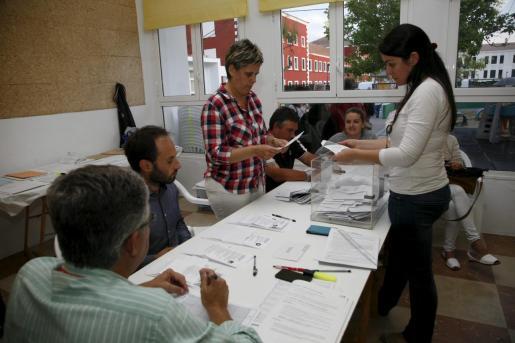 Los miembros de una mesa electoral de Es Castell durante el recuento de votos de las elecciones autonómicas y municipales de 2015.