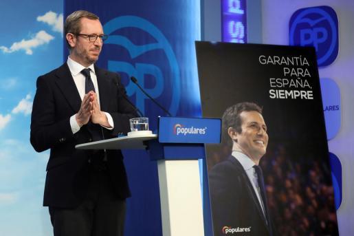 """GRAF3535. MADRID, 25/02/2019.- El vicesecretario de Organización del PP y jefe de la campaña electoral, Javier Maroto, presenta en rueda de prensa el lema de precampaña del 28 de abril, que es """"Garantía para España, siempre"""" y va acompañado de una fotografía del líder del partido y candidato, Pablo Casado, hoy en la sede del PP, en Madrid. EFE/ Kiko Huesca El PP presenta como lema de precampaña """"Garantía para España, siempre"""""""