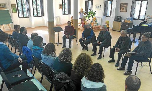 El obispo, en el centro de la imagen, reunido con profesores y padres de alumnos de la Escolania.
